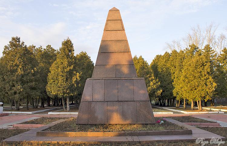 Мемориальный комплекс с крестом Юрьев-Польский вертикальные памятники ЗИЛ