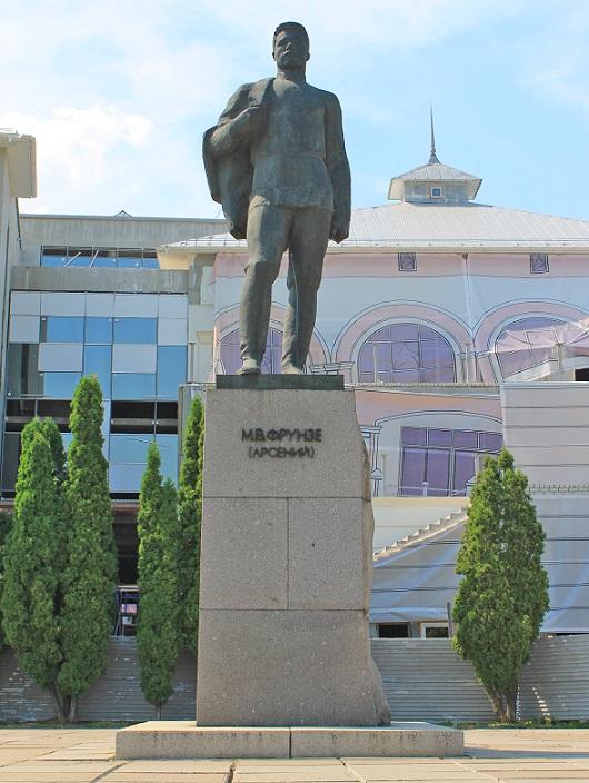 Эконом памятник с резным крестиком в углу Марксистская Цоколь из габбро-диабаза Ступино